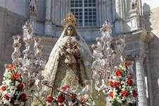 Acompaña a la Cofradía del Nazareno de Santa María en la procesión de alabanza de la Patrona de Cádiz