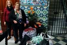 La Cofradía del Nazareno dona un primer cargamento de ropa de abrigo