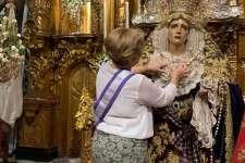 María Santísima de los Dolores enriquece su ajuar con un alfiler en plata donado por una hermana