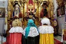 Los Reyes Magos entregan juguetes ante el Nazareno a 36 niños del barrio Santa María